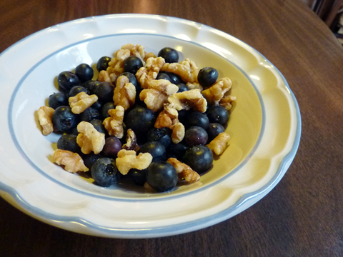 Healthy and Delicious Breakfast Starter: Raw Blueberries and Walnuts